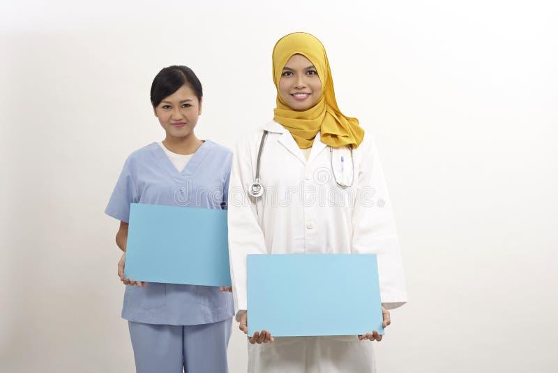 Medico ed infermiere femminili immagini stock libere da diritti
