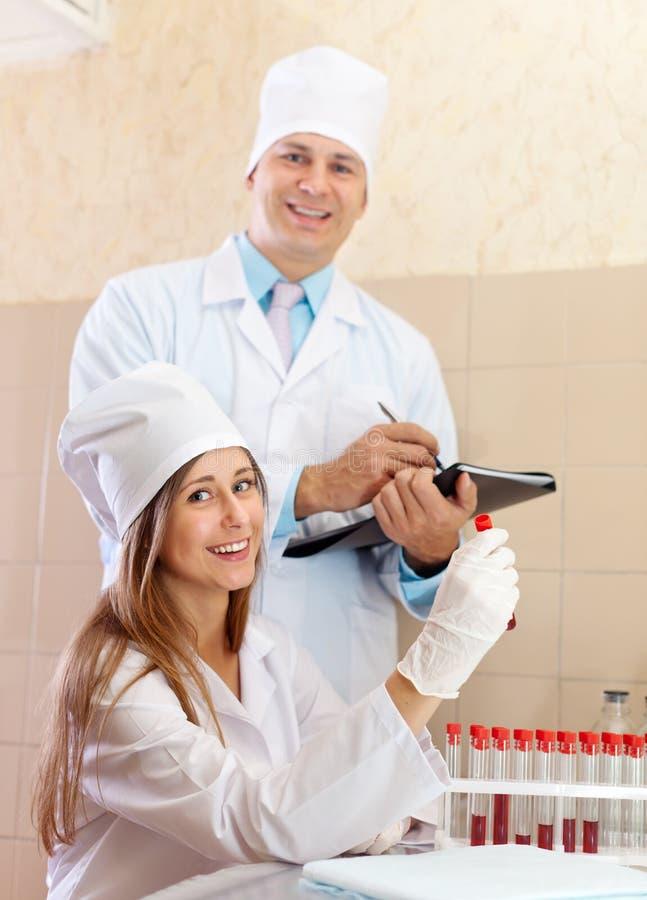 Medico ed infermiere in laboratorio medico fotografie stock libere da diritti