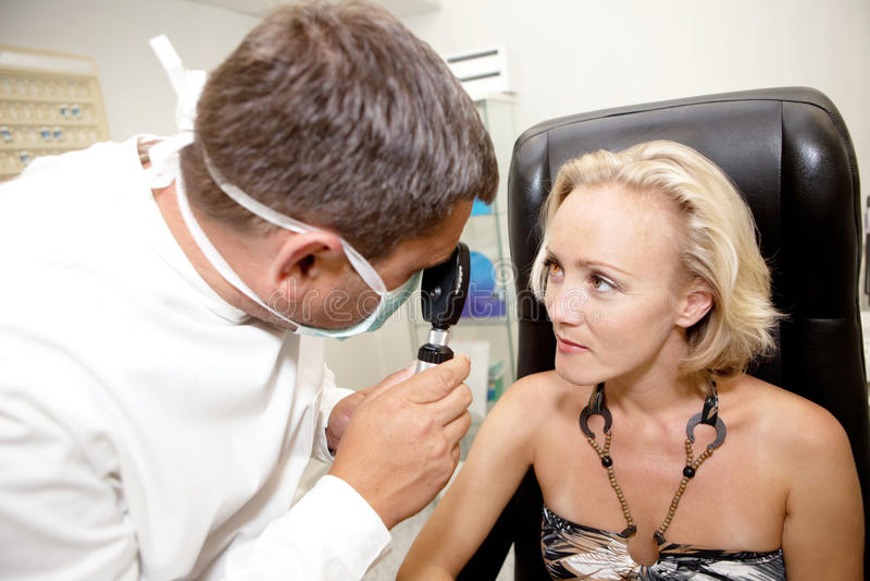 Medico, esaminante un paziente immagine stock libera da diritti