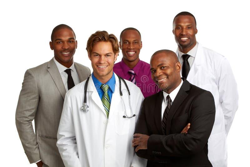 Medico felice ed uomini di affari isolati su fondo bianco fotografia stock libera da diritti
