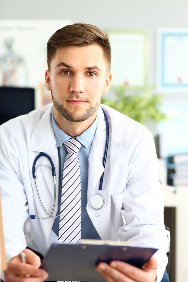 Medico felice nel luogo di lavoro immagini stock