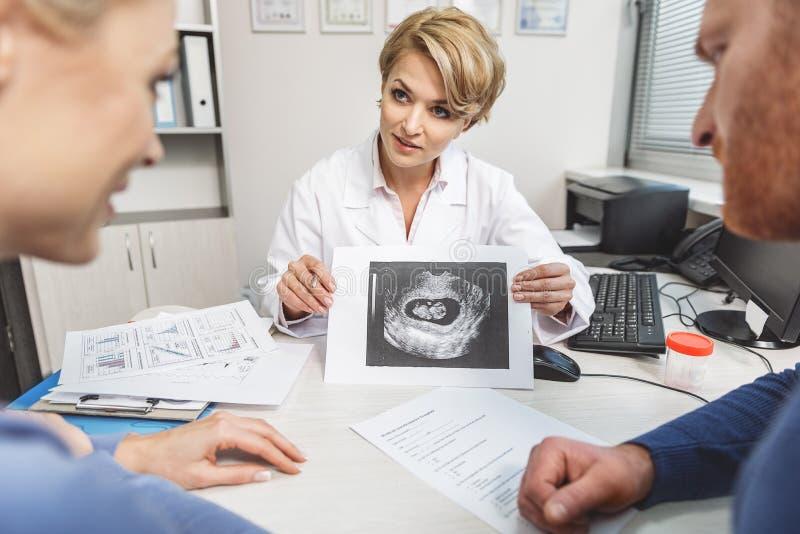 Medico femminile attento che fa il suo lavoro fotografie stock libere da diritti