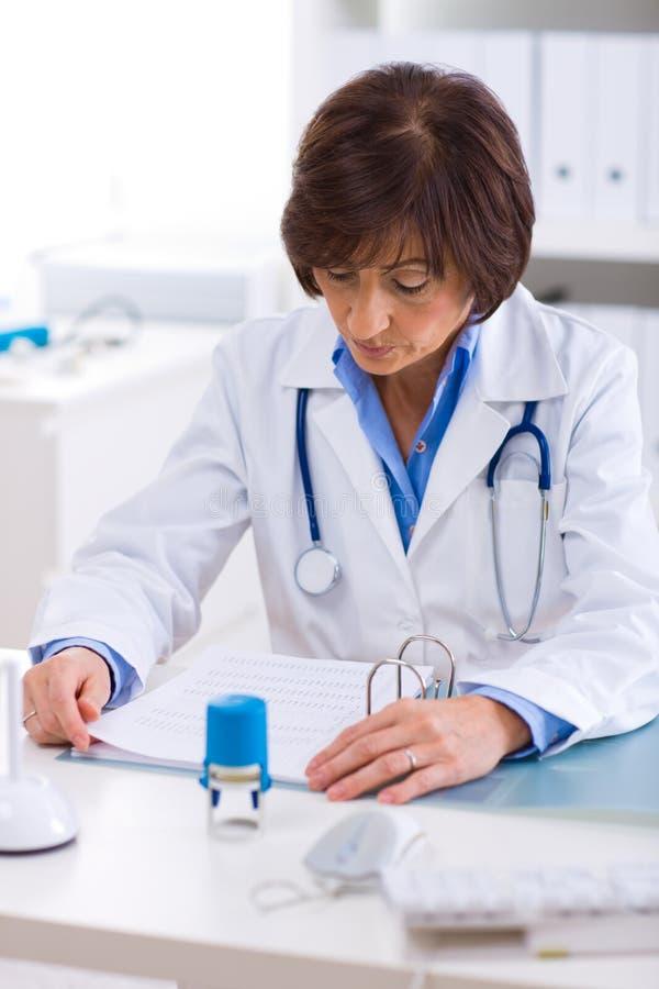 Medico femminile che lavora all'ufficio fotografia stock