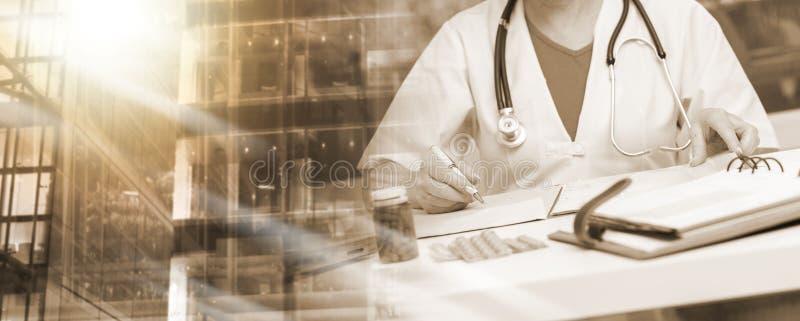 Medico femminile che scrive prescrizione; esposizione multipla immagine stock
