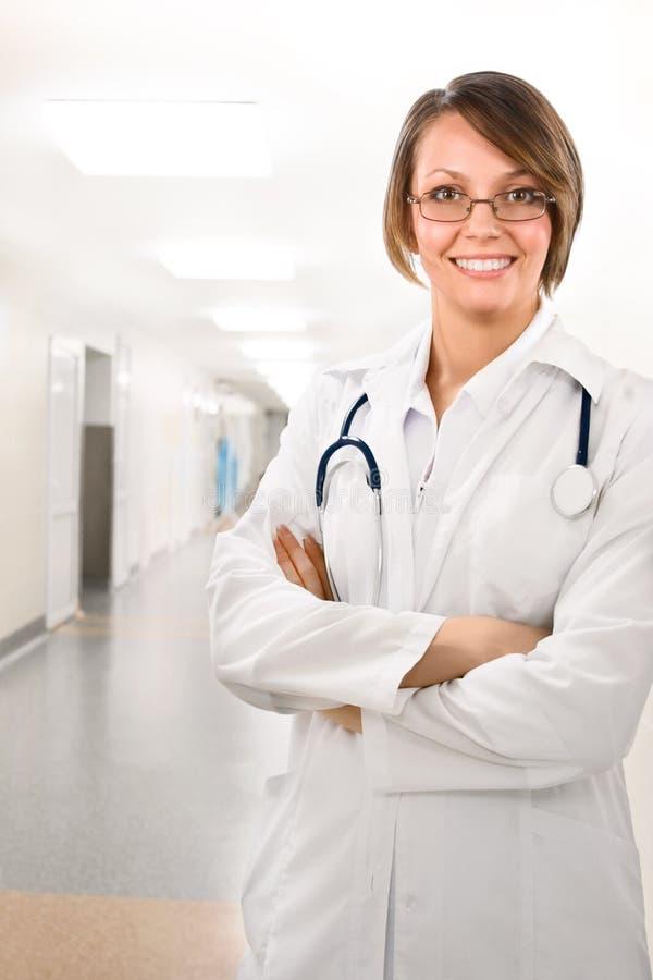 Medico femminile in clinica sotto le lampade fotografia stock