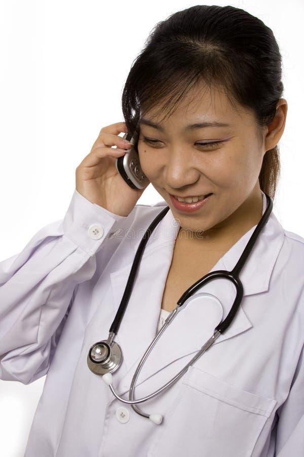 Medico femminile con il telefono mobile immagine stock