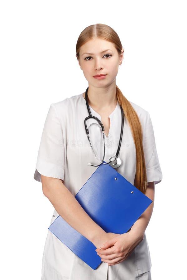 Medico femminile con lo stetoscopio nero ed il fermacarte blu fotografie stock