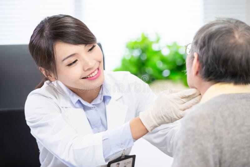Medico femminile controlla la gola fotografie stock libere da diritti