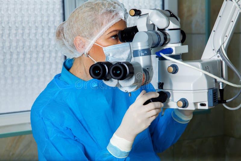 Medico femminile del chirurgo che esegue il ope di correzione di visione dell'occhio del laser immagini stock libere da diritti