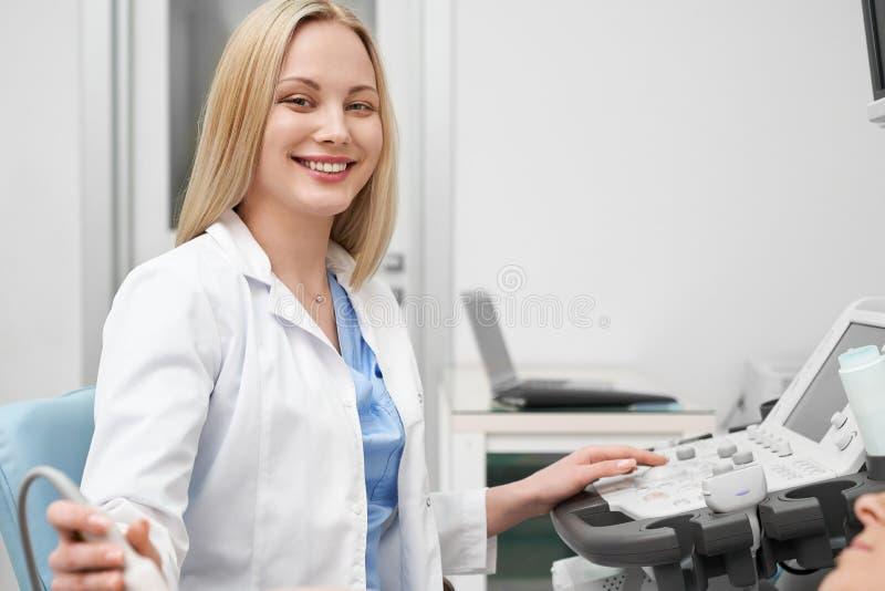 Medico femminile grazioso che posa mentre facendo ecografia fotografie stock libere da diritti