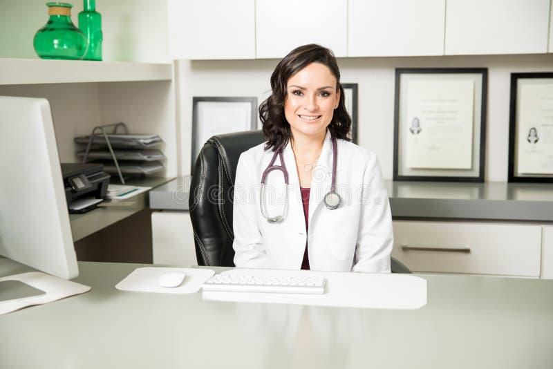 Medico femminile ispano grazioso in un ufficio immagine stock libera da diritti