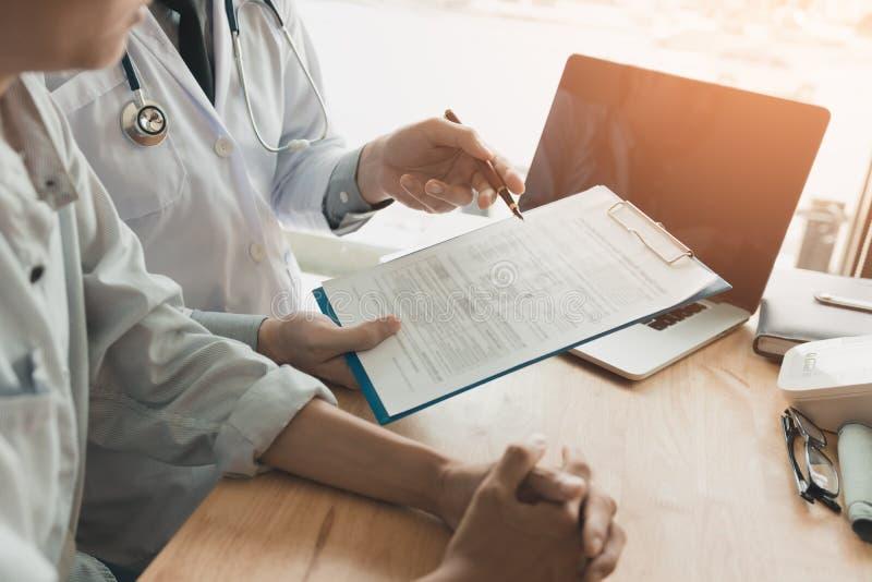 Medico femminile sicuro esamina le informazioni mediche pazienti e immagine stock libera da diritti