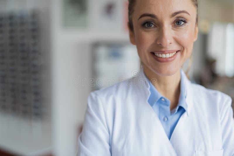 Medico femminile sorridente felice che vi esamina immagini stock libere da diritti