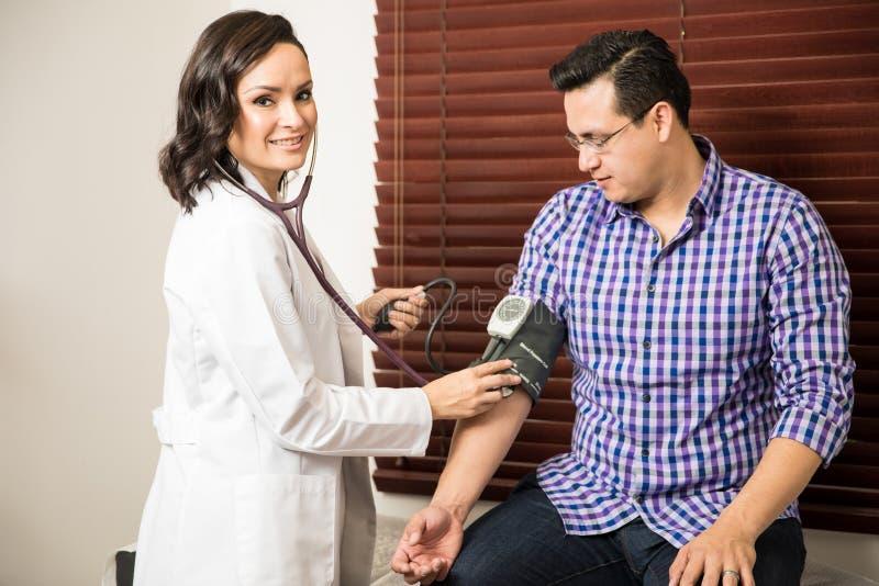 Medico femminile sveglio che lavora con il paziente immagine stock