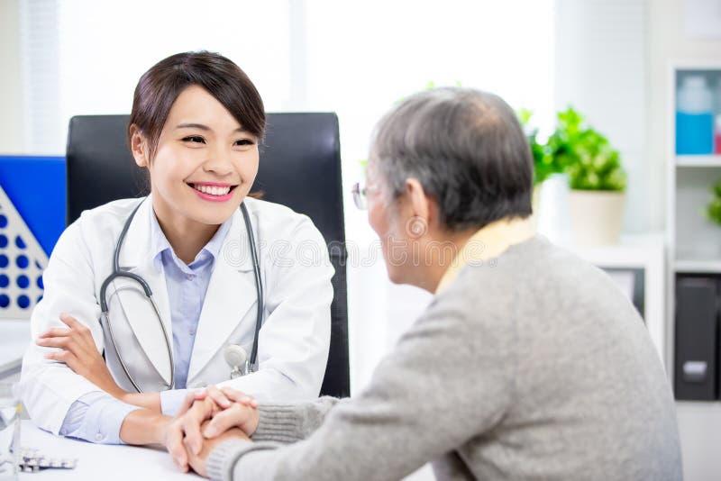 Medico femminile vede il paziente più anziano fotografie stock