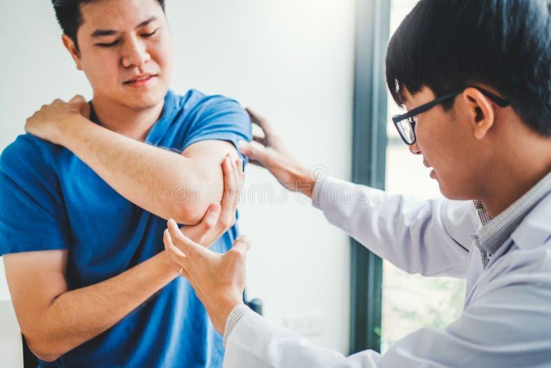 Medico fisico che consulta il paziente circa terapia fisica di problemi di dolore del muscule del gomito che diagnostica concetto immagine stock libera da diritti