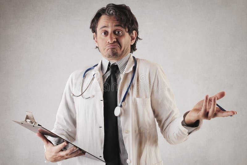 Medico incerto che fa il suo lavoro fotografie stock libere da diritti