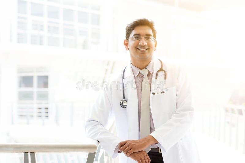 Medico indiano asiatico all'ospedale immagini stock