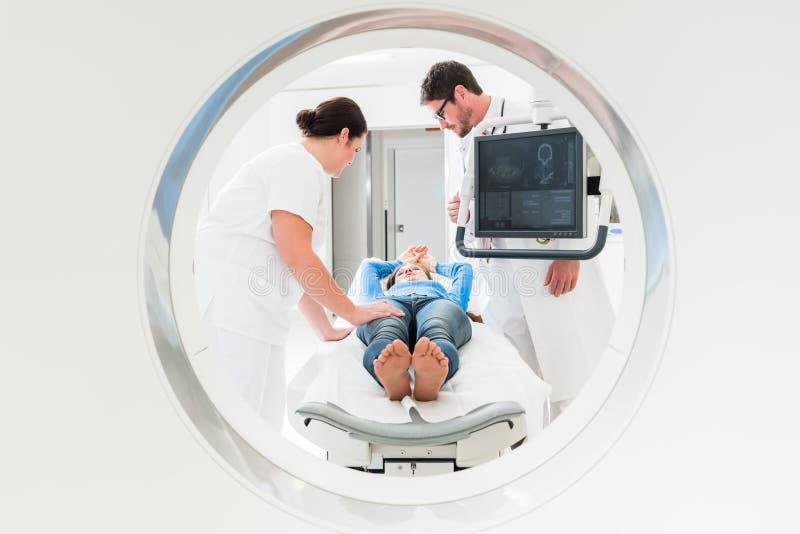 Medico, infermiere e paziente alla ricerca di CT immagine stock