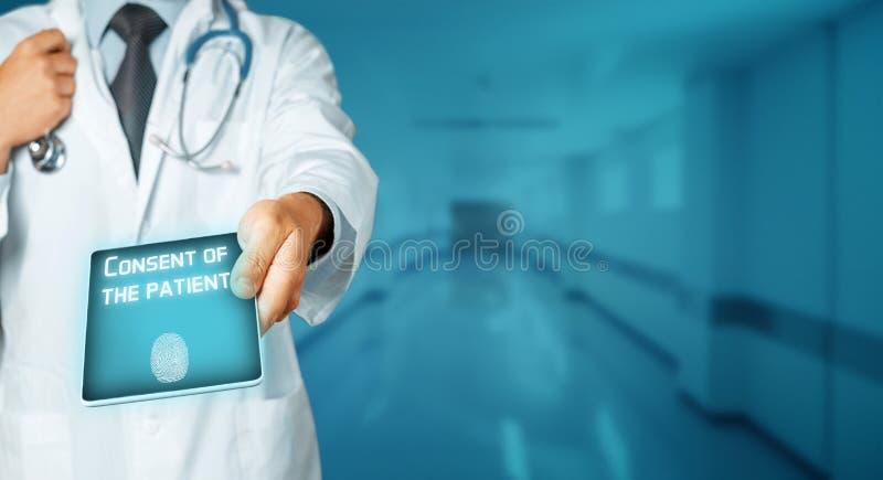 Medico irriconoscibile con lo stetoscopio utilizza la compressa Sistema di appoggio paziente di Digital, consenso del paziente fotografie stock libere da diritti