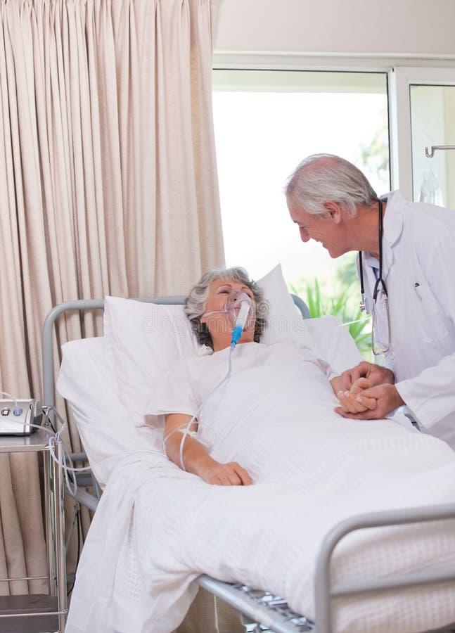 Medico maggiore con il suo paziente ammalato fotografia stock libera da diritti