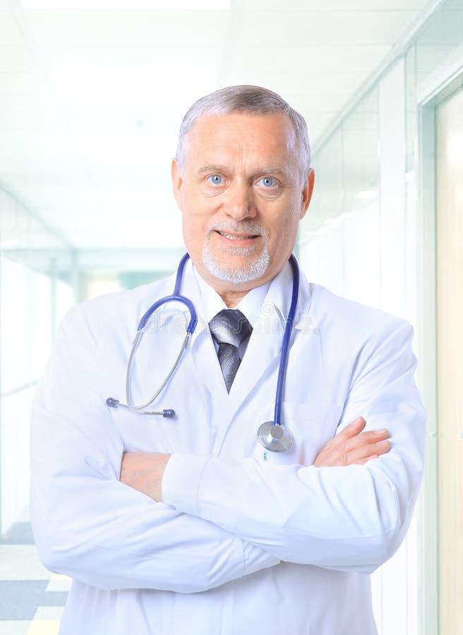 Medico maggiore felice fotografie stock libere da diritti
