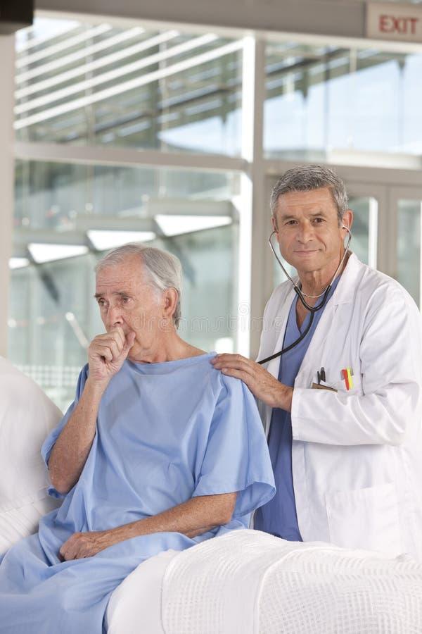 Medico maschio che cattura cura del paziente fotografia stock libera da diritti