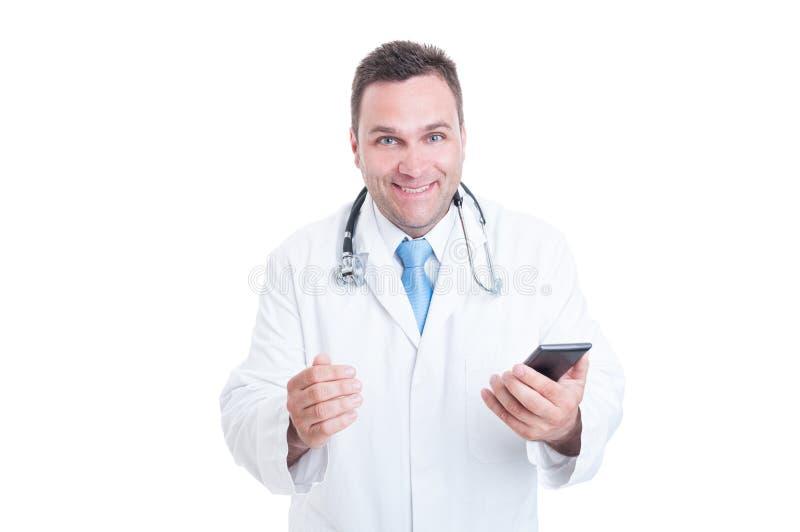 Medico maschio che ritiene tenuta felice ed emozionante un telefono fotografia stock libera da diritti