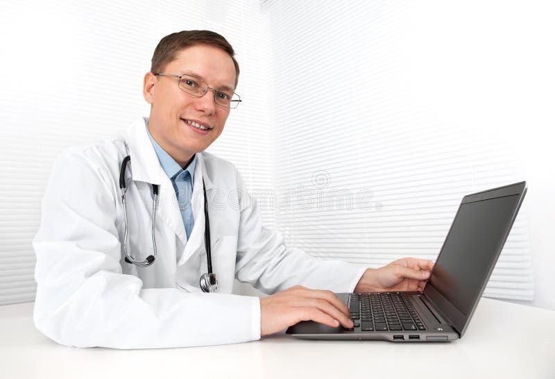 Medico maschio con il computer portatile fotografia stock