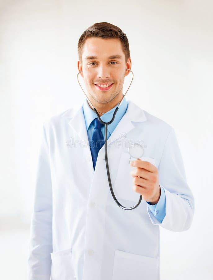 Medico maschio con lo stetoscopio immagini stock