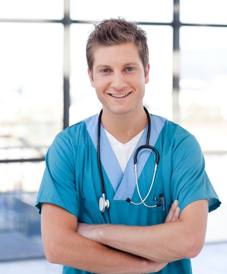Medico maschio felice che osserva come la macchina fotografica fotografie stock