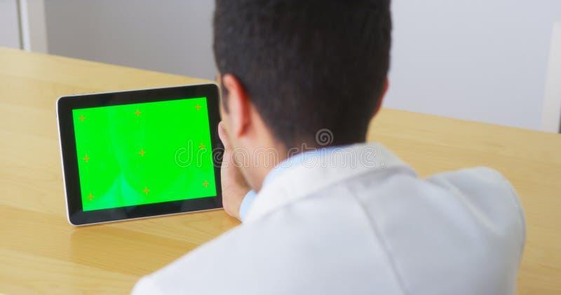 Medico messicano che parla con compressa con lo schermo verde fotografia stock