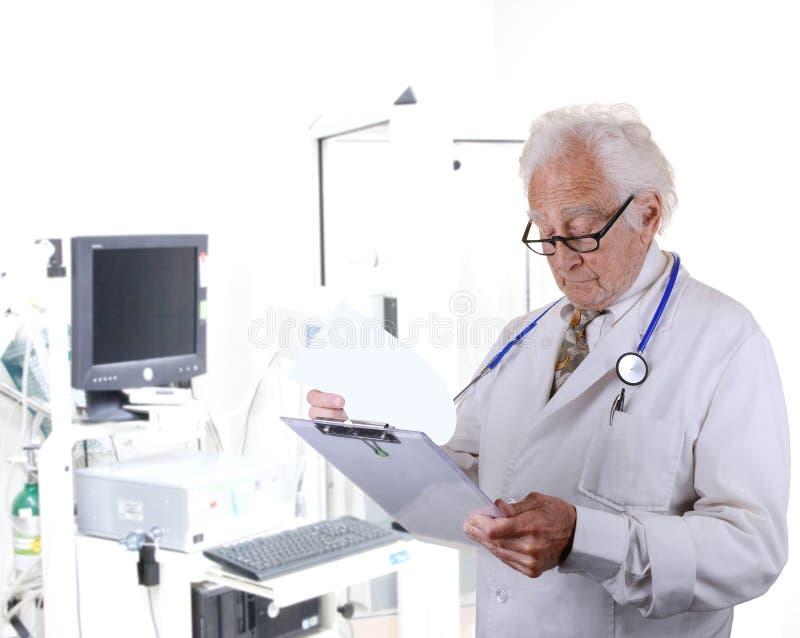 Medico nel laboratorio polmonare di funzione che esamina una lavagna per appunti fotografie stock libere da diritti