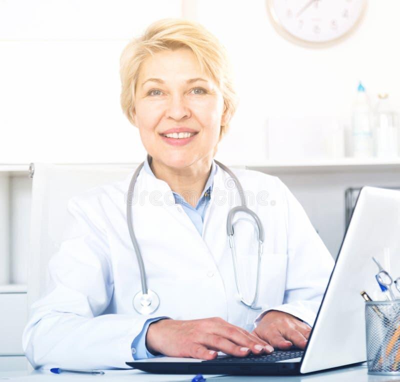 Medico nel paziente aspettante dell'abito fotografia stock libera da diritti