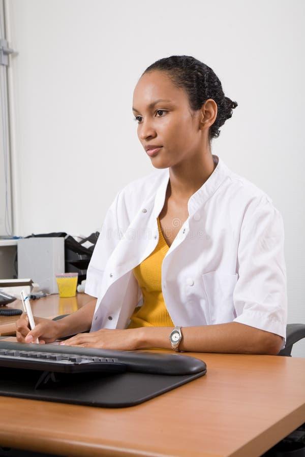 Medico nel suo ufficio fotografia stock libera da diritti