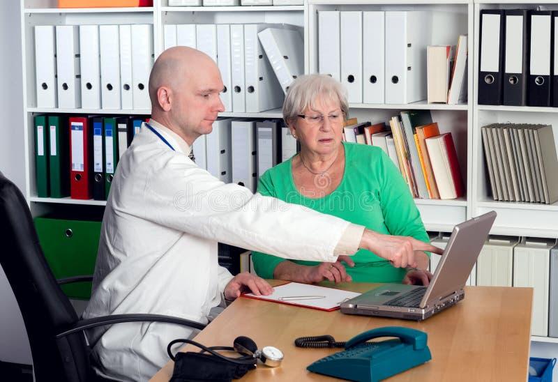 Medico nell'intervista con un anziano femminile fotografie stock libere da diritti