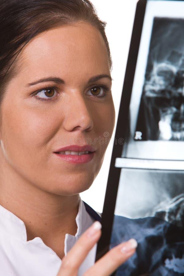 Medico nell'ospedale con i raggi X fotografia stock libera da diritti