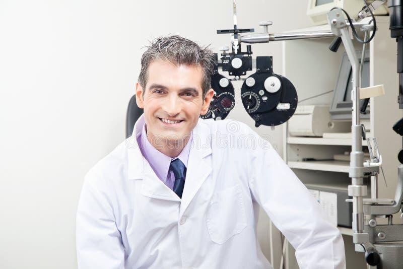 Medico nella clinica di oftalmologia immagini stock libere da diritti