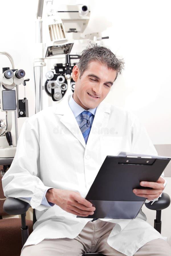 Medico nella clinica di oftalmologia fotografie stock