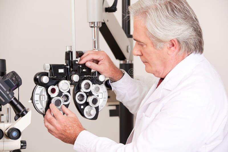 Medico nella clinica di oftalmologia fotografie stock libere da diritti