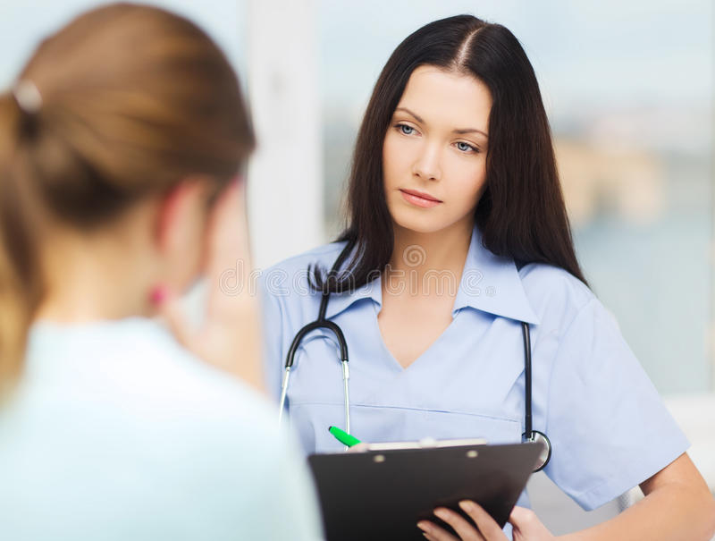 Medico o infermiere femminile con il paziente immagini stock