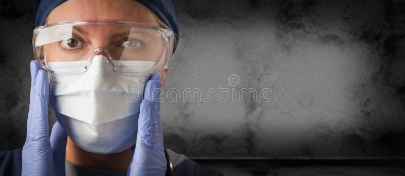 Medico o infermiere Wearing Goggles, guanti chirurgici e maschera di protezione contro l'insegna scura Grungy del fondo immagine stock