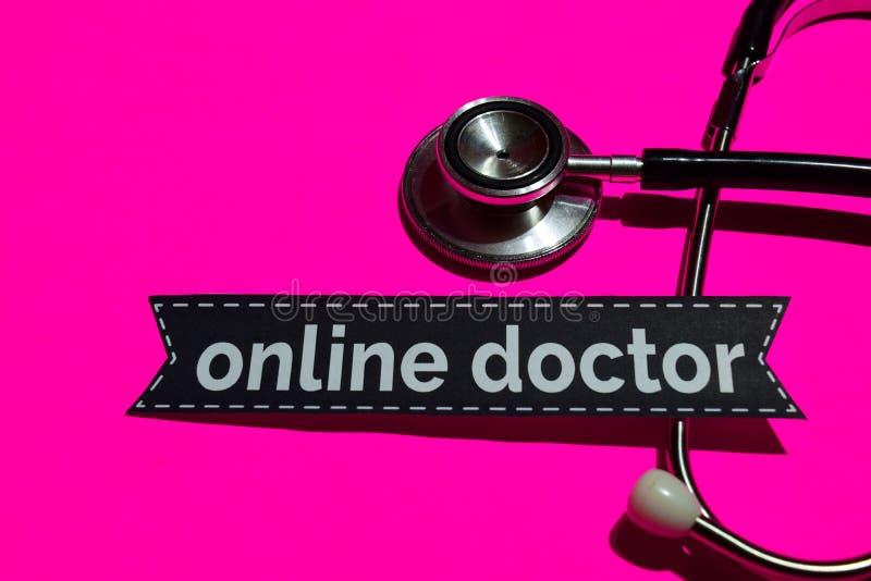Medico online sulla carta della stampa con il concetto di assistenza sanitaria statale immagine stock