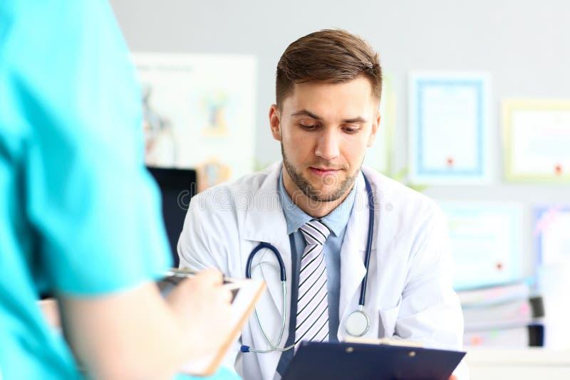 Medico premuroso che legge i documenti fotografia stock