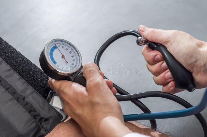 Medico Prende Il Woman& Senior X27; Pressione Sanguigna..