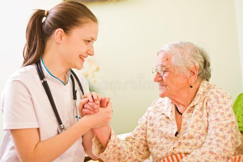 Medico preoccupantesi con la donna anziana fotografie stock libere da diritti