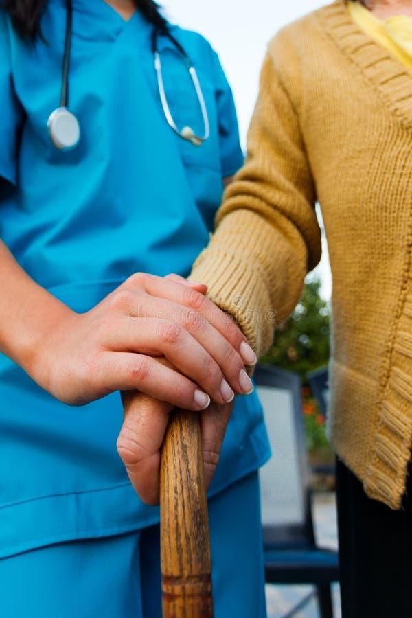 Medico preoccupantesi e signora senior Hands immagine stock libera da diritti
