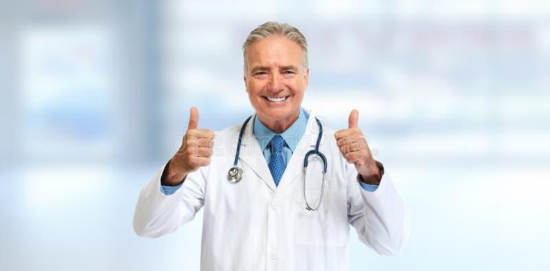 Medico senior felice con i pollici immagine stock
