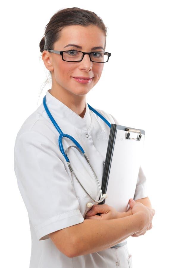 Medico sorridente attraente della donna con la lavagna per appunti in bianco fotografie stock libere da diritti