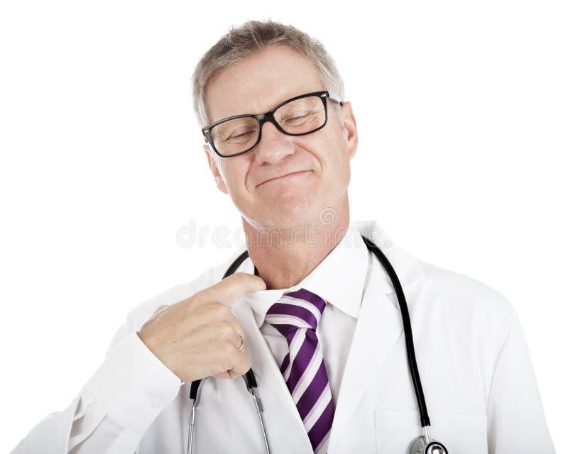 Medico sorridente che allenta il suo legame fotografie stock libere da diritti